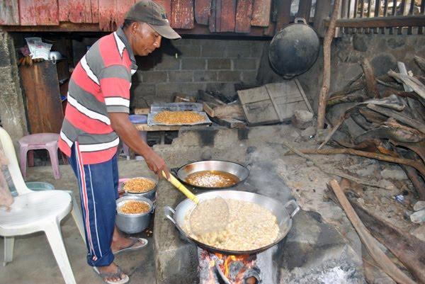 Desa Wombo Kalonggo, Kecamatan Tanantovea, Kabupaten Donggala, Sulawesi Tengah, dikenal sebagai penghasil bawang goreng yang gurih nan renyah. Foto: Christopel Paino
